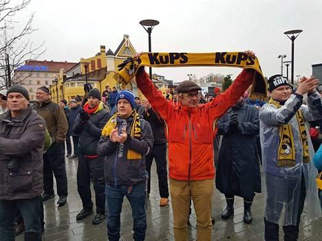 Asko Lötjönen juhli KuPSin 43 vuoden mestaruudettoman ajanjakson päättymistä.