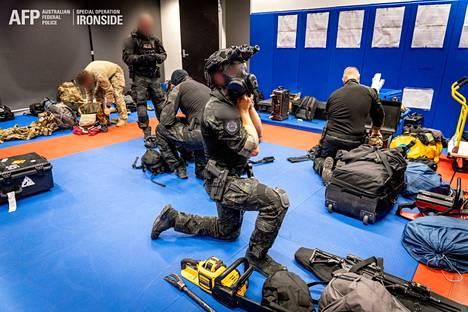 Australian liittovaltion poliisi valmistautumassa operaatioon tiistaina paikallista aikaa.