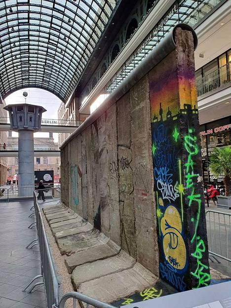 Tältä näyttää autenttinen Berliininmuurinpätkä, jonka ostoskekuksen asiakkaat saavat rikkoa ja viedä palasia mukaansa.