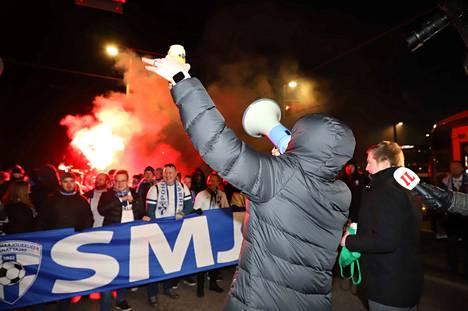Kannattajat marssivat Mannerheimintiellä viiden ja kuuden välillä kohti Töölön jalkapallostadionia. Ottelu alkaa kello seitsemän.