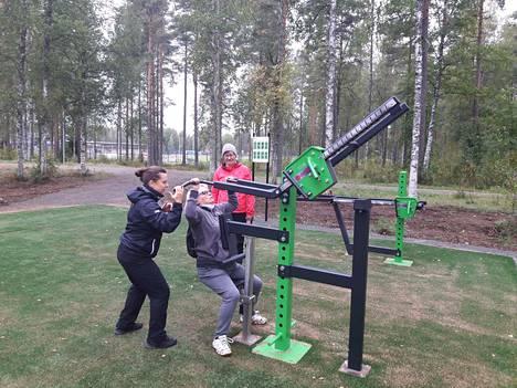 Heidi Harju opastaa Pirjo Enonkoskea uuden kuntoiluvälineen käytössä.