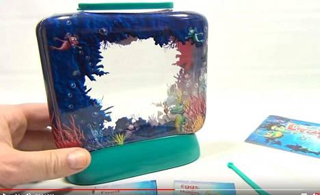 Aqua Dragon -tuotteen mukana tulevista munista kuoriutuu äyriäisiä, joita on tarkoitus pitää kuvassa näkyvässä miniakvaariossa.