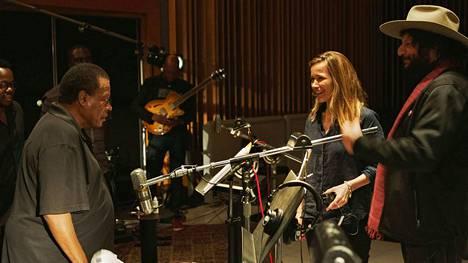 Sophie Huber (keskellä) ohjasi 80-vuotiaasta Blue Note Recordista niin sanotun perusdokkarin. Hänen seurassaan studiossa ovat saksofonistilegenda Wayne Shorter (vasemmalla) ja levy-yhtiön nykyinen toimitusjohtaja Don Was. Heillä riittää tarinoitavaa.