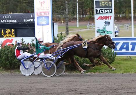 Hannu Torvinen tuulettaa Parvelan Retun voitettua kriteriumfinaalin niukalla erolla Iikka Nurmosen ohjastaman Stallonen. Molemmat hakevat perjantaina Satakunta-ajon finaalipaikkaa.