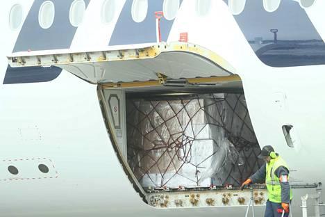 Lentokoneellinen suojavarusteita Kiinasta laskeutui Helsinki-Vantaalle keskiviikkona vähän puolen päivän jälkeen. Suojavarustelastia alettiin purkaa nopeasti sen kentälle laskeutumisen jälkeen.