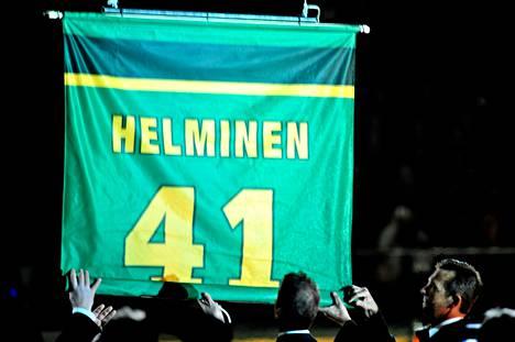Ilves nosti Raimo Helmisen pelipaidan Hakametsän kattoon marraskuussa 2008.