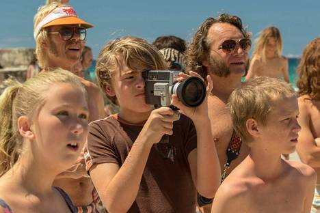 Elokuvanteosta innostuneen 14-vuotiaan Jeffin maailma pyörii vinhasti eri tavoin kun hän naapurin tytön kanssa ihmettelee omalaatuisten vanhempiensa elämää, tapoja ja räikeän mauttomia muotivillityksiä 1970-luvun Australiassa.