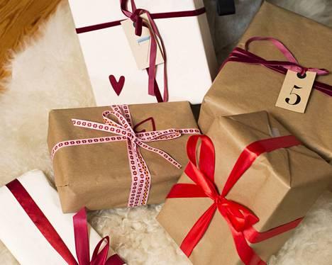 Joululahjojen antamisella ystävälle tai omaisille on Suomessa pitkät perinteet.