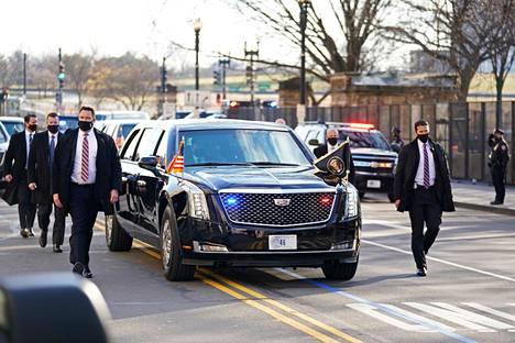 Tällaisessa kulkueessa Joe Bidenia saatettiin Valkoiselle talolle. Presidentin auton rekisterikilvessä lukee ytimekkäästi 46.