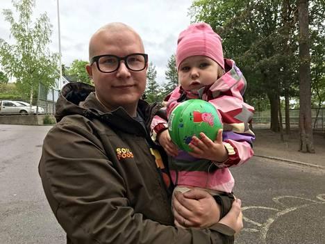 Elias Jokinen kävi äänestämässä Pispalassa kaksivuotiaan Judith Jokisen kanssa. Ehdokas oli helppo löytää. Eurooppa edustaa Jokiselle yhtenäisyyttä ja yhteisiä arvoja. - On tärkeää äänestää nyt, koska Euroopassa on aika tehdä päätöksiä todella tärkeistä asioista.