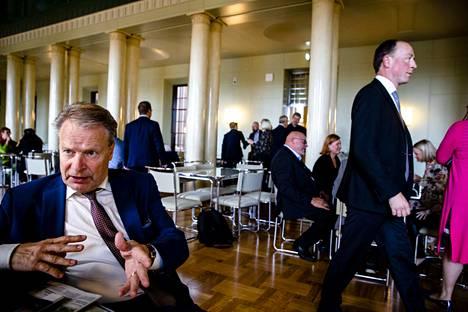 Kansanedustaja Ilkka Kanerva (kok.) asteli eduskunnan syyskaudelle ensi kerran vuonna 1975. Kokemusta piisaa. Kokoomuksen oppositiopolitiikasta hän totesi sen verran, ettei jokaiseen liikkuvaan maaliin kannata ampua.
