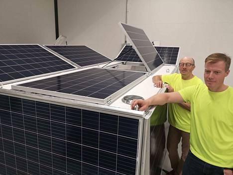 Seppo Rehakka on helposti liikuteltavan aurinkosähköjärjestelmän ideanikkari. Toteuttajana projektissa on Telilän Sähkötyö ja sen toimitusjohtaja Pekka Telilä.