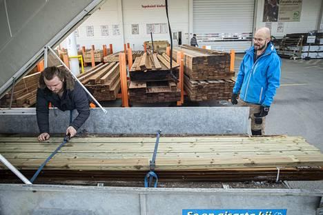 Johannes Mäkinen (vas.) ja Tommi Jokinen suunnittelivat terassin ja rappusten tekemistä Jokisen anopille. Nippu mahtui sopuisasti peräkonttiin.