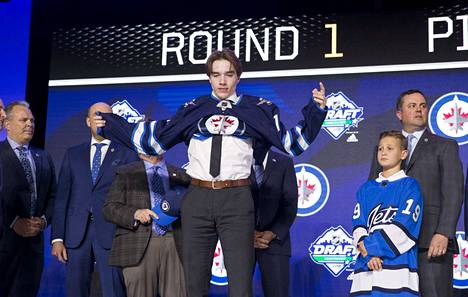 Ville Heinola pukeutui varaustilaisuudessa Winnipeg Jetsin paitaan. NHL-korvausten summat ja kohteet riippuvat siitä, milloin nuorukainen tekee sopimuksen.