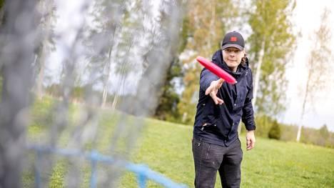 Kuuden päivän vapaajakson aluksi Santeri Lilja tekee pienen lenkin koskimaisemissa, verestää liitokiekkotaitojaan ja vippaa muutaman korin. Tavallisimmin hän pelaa frisbeegolfia kavereiden kanssa Porissa tai Harjavallassa.