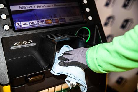 THL:n ylilääkärin Tuula Hannila-Handelbergin mukaan koronaviruksen tärkein tartuntareitti on pisaratartunta, mutta myös pinnoilta voi saada taudin pesemättömällä kädellä kasvojaan kosketellen.