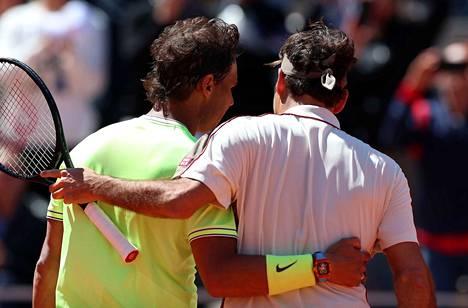 Rafael Nadal otti Roger Federerin kainaloonsa murskattuaan legendan ensin massalla.