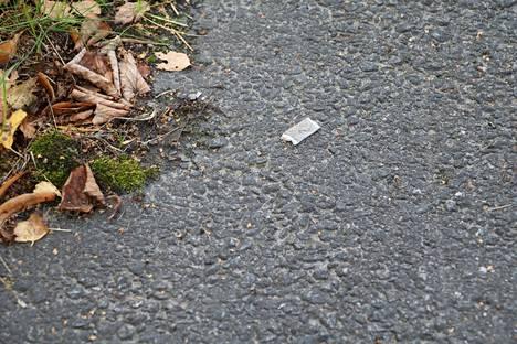 Nuuskaamisesta kertovia roskia löytyy Sylvään koulun pihastakin usein.