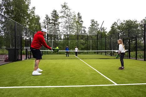 Kankaanpäähän on suunnitteilla padelkenttä, joita on rakennettu viime vuosina eri puolille Suomea. Kuvassa heinäkuussa Valkeakoskella avattu kenttä.