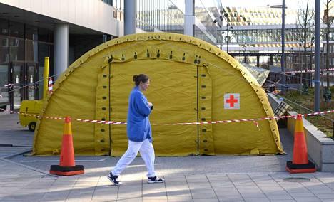 Karoliininen yliopistosairaala Solnassa Ruotsissa valmistautuu ottamaan vastaan uusia koronaviruspotilaita.