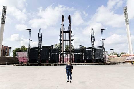 Projektipäällikkö Iina Maula ja taustalla Ratinan stadionille pystytetty lava, joita Rammsteinin kiertuueella on aikataulujen vuoksi käytössä kaksi.