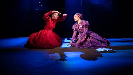 Pia Piltz näyttelee herra Rochesterin hullua Bertha-vaimoa, mutta edustaa myös sitä villiä puolta, jonka Jane Eyre (Marketta Tikkanen) joutuu nuorena kätkemään sisäänsä.