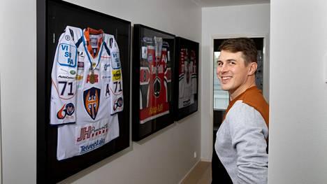 Kristian Kuuselalla on kotinsa seinällä Tampereella Tapparan ja Modon mestaruuspaidat sekä Ässien hopeajoukkueen paita keväältä 2006.