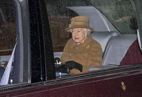 Kuningatar Elisabet kuvattiin sunnuntaina, kun hän oli matkalla jumalanpalveluksesta kartanoonsa Sandringhamissa. Perhe piti hätäkokouksen maalaismiljöössä maanantaina.