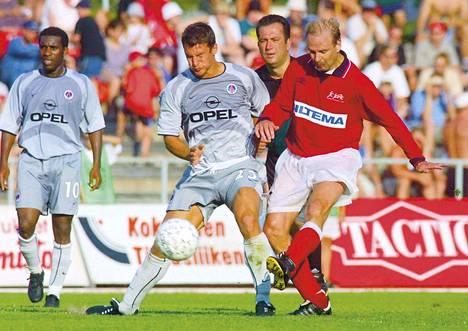 Miika Juntunen kamppaili PSG:n Pierre Ducrocqin kanssa Porin stadionilla heinäkuussa 2001. Vasemmalla kuvassa Porin ottelun ykköstähti Jay-Jay Okocha.