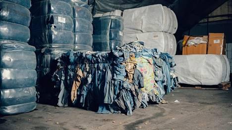 Käytöstä poistettuja vaatteita odottamassa käsittelyä Renewcellin koelaitoksella. Vaatteista tehdään liukosellua, josta voidaan tehdä uutta tekstiilikuitua.