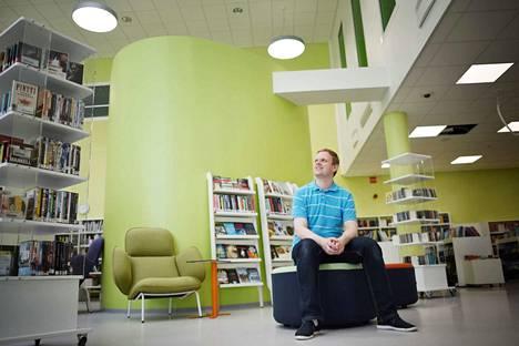 Itätuulen kirjaston vastaava kirjastonhoitaja Erkka Ojanen on tyytyväinen uuden kirjaston pirteään yleisilmeeseen.