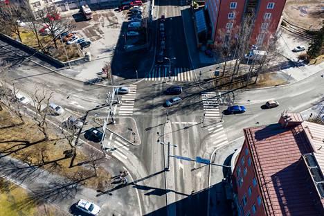 Aamulehti kuvasi Satakunnankadun, Lapintien ja Rongankadun risteyksen dronella huhtikuussa 2021. Kuvassa vasemmalla yläkulmassa pilkottaa keskuspaloasema ja oikeassa yläkulmassa Hotelli Tammer.