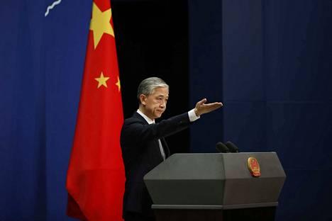 Kiinan ulkoministeriön edustajan Wang Wenbinin mukaan Houstonin konsulaatin sulkemismääräys oli törkeä ja perusteeton siirto, joka sabotoi Yhdysvaltain ja Kiinan väliset suhteet. Kuva on otettu torstaina 23.7. Pekingissä, kun Wenbin kommentoi maiden välistä jännitettä.