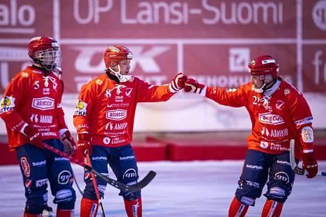 Tomi Mustonen (oikealla) on tuttu maalitykki Narukerän paidassa ja hän on saanut kauden aikana onnitteluja myös Rinat Shamsutovilta (keskellä) ja Jaakko Hyvöseltä.