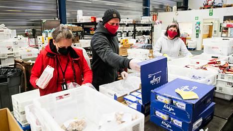 Elintarvikeavun koordinaattori Marja Palkonen, elintarvikeavun vastaava Petri Ahokainen ja ohjaaja Tanja Hirvonen pakkasivat ruoka-apua seurakuntien ruokapankissa Nekalassa. Myös itsenäisyyspäivän ruokakassit kootaan Ruokapankissa.