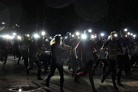 Jukolan viesti käytiin tänä vuonna poikkeuksellisessa pimeydessä, sillä viestien ajankohta siirrettiin elokuun loppupuolelle. Rovaniemellä oli pimeää jo lähdön aikaan, ja suunnistajien otsalamput valaisivat maisemaa.