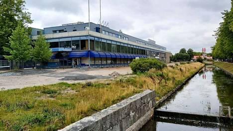 Viime vuodet tyhjillään ja käyttämättä ollut Tarvontorin kauppakeskus on rakennettu vuonna 1973. Valmistumisen jälkeen liikekeskuksessa toimivat Sokos-tavaratalo ja Kansallis-Osake-Pankin (KOP), sittemmin Nordean konttori.