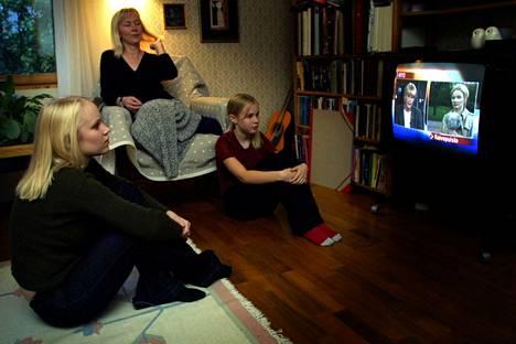 Tamperelaisperhe seurasi uutislähetystä WTC-iskuista 9. syyskuuta. Kuvassa Vappu Tervaharju (kesk.) ja lapset Minttu (vas.) ja Suvi.