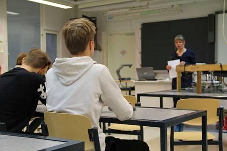 Pauliina Schiestl-Aalto oli pitämässä oppituntia 9. luokalle Juupajoen koulukeskukseen.
