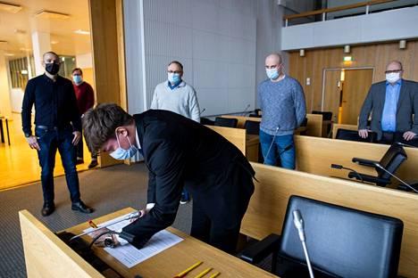 Muiden osapuolten tapaan valtuustoryhmien puheenjohtajatoimikunnan puheenjohtaja Ilkka Sasi allekirjoitti sopimuksen perjantaina. Sasi kertoo, että sopimusta edeltäneitä neuvotteluja käytiin hyvässä hengessä.