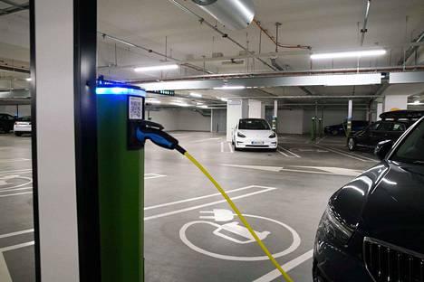 Esimerkiksi monissa kauppakeskuksissa on runsaasti sähköautojen latauspisteitä.