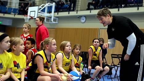 Koronavuodesta huolimatta BC Nokia onnistui kasvattamaan nuorten harrastajien määrää. Kuvassa juniorivalmentaja Marja Olli ohjaa seuran mikrotyttöjä kotiturnauksessa talvella 2020.