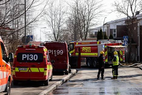 Tampereen Villilänniemessä syttyi maanantaina tulipalo rivitalossa. Pelastuslaitos sai ensin hälytyksen keskisuuresta palosta, mutta hälytys muutettiin pian suureksi.