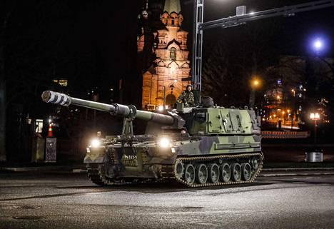 Kello 20 jälkeen torstai-iltana raskas sotilaskalusto kääntyi Suvantokadulle, ja taakse jäi Tampereen ortodoksinen kirkko.