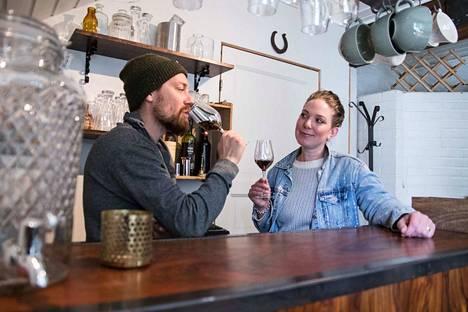 Bistro Pihan omistajat Tatu Nieminen ja Christa Stirkkinen tarjoilevat bistrossa paitsi viinejä myös pientä syötävää, kuten tapaksia. Henkilökuntaan kuuluvat toistaiseksi ainoastaan Nieminen ja Stirkkinen. On mahdollista, että jossakin vaiheessa lisäkäsiä palkataan.