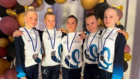 Valkeakosken Voimistelijoiden kokoonpano, johon kuuluivat Julia Alimyllymaa, Peppi Haataja, Milja Kautto, Viivi Komu ja Meri Vahteristo, otti viiikonloppuna hopeaa.