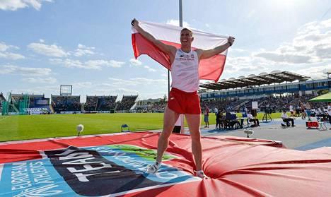 Puolan Piotr Lisek voitti seiväskisan sunnuntaina. Puola voitti järjestämänsä Superliigan.
