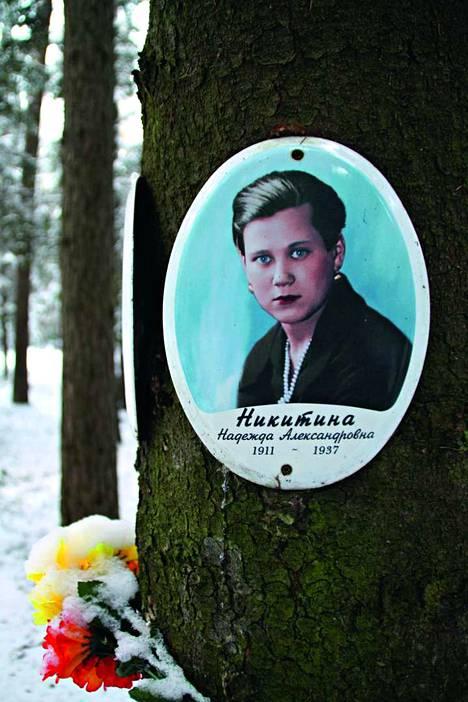 Puuhun kiinnitetty muistolaatta Levašovon hautausmaalla Pietarin lähellä.