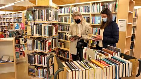 Lyydia ja Taru Ojamo löysivät Merikarvian kirjastosta monta kirjaa lainalle.