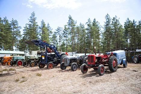 Okra-maatalousnäyttelyn valmistelut ovat loppusuoralla. Perinnepihalta löytyy vanhoja koneita.